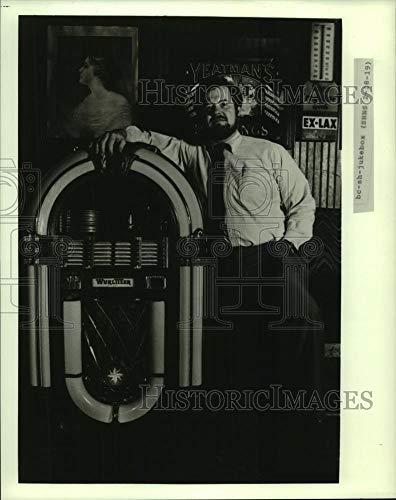 1985 Press Photo Dan Fleck next to his Wurlitzer 1015