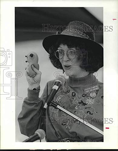 Vintage Photos 1991 Press Photo Mary Ann Brewer Holding a Rubber Doll While Storytelling