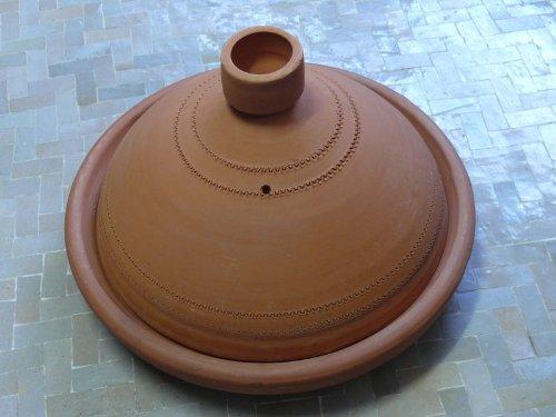 Traditionelle Marokkanische Tajine aus Ton in Braun
