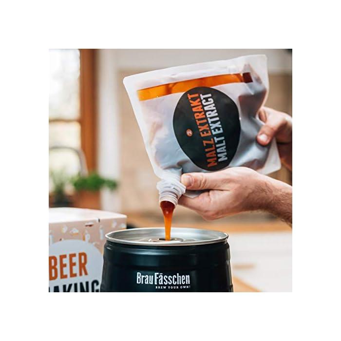 ¿Estás buscando el regalo perfecto, así como una sencilla iniciación al mundo de la cerveza artesanal? El kit de Brewbarrel es el kit más rápido e intuitivo para preparar tu cerveza casera. Un regalo perfecto para los amantes de la cerveza y homebrewers. Brewbarrel Oktoberfest: La cerveza bebida en el festival más conocido del mundo. Una cerveza de malta suave, la cual sin llegar a ser amarga permite apreciar notas a lúpulo. Su color dorado y sabor refrescante con matices dulces la convierten en el todoterreno de las cervezas. Ideal para cualquier ocasión. De cabeza generosa, fascina al olfato con su armónica combinación de malta y lúpulo. El kit de elaboración de cerveza artesanal es el regalo perfecto para los amantes del líquido dorado o cualquiera que siempre haya tenido la espinita de prepararla por si mismo/a. Independientemente de hombre o mujer, este regalo es una idea excepcional para sorprender a cualquiera. Un sencillo y versátil regalo que supone el punto de partida ideal para conocer el mundo de la elaboración artesanal.