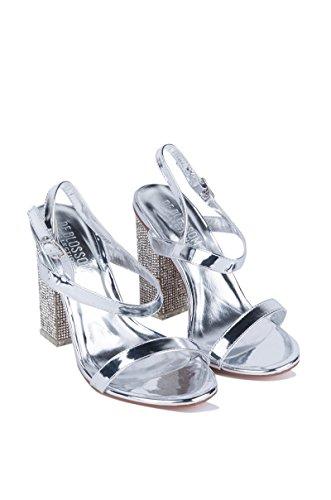 Akira Ha Il Coraggio Di Indossare Sandali Con Tacco In Strass Metallizzati Argento