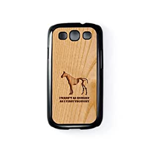 Carved on Wood Hungry Carcasa Protectora Snap-On en Plastico Negro para Samsung® Galaxy S3 de Chargrilled + Se incluye un protector de pantalla transparente GRATIS