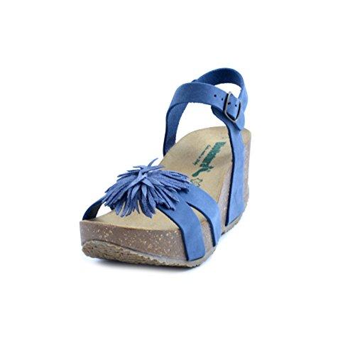Sandali donna BioNatura in pelle blu con fiore applicato. Chiusura con cinturino alla caviglia. Zeppa in sughero da 6cm e plateau da 3cm. Fondo in gomma biege antiscivolo. PRODOTTO MADE IN ITALY.