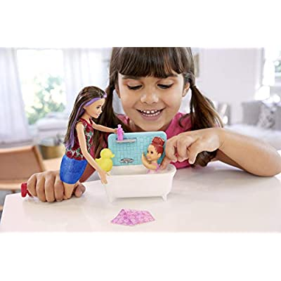 Barbie Skipper Babysitters Inc. Playset with Bathtub, Babysitting Skipper Doll and Small Toddler Doll with Button to Move Arms and Splash, Plus Themed Accessories, Gift for 3 to 7 Year Olds: Toys & Games