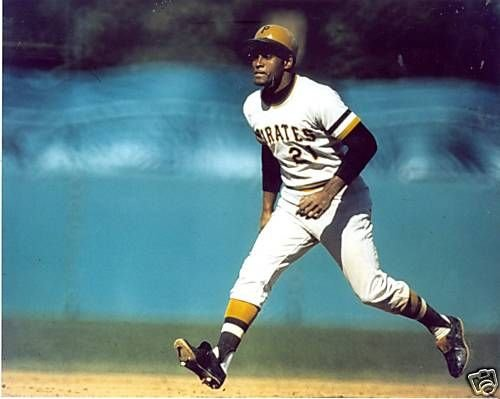 ROBERTO CLEMENTE PITTSBURGH PIRATES UNSIGNED 8X10 PHOTO