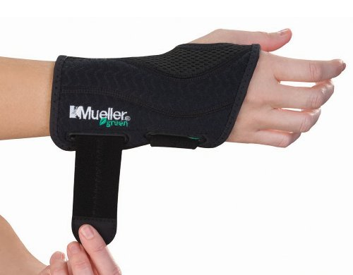 (Mueller Green Fitted Wrist Brace, Black, Right Hand, Small/Medium)