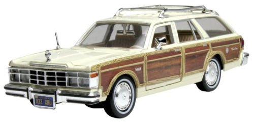 NEW 1:24 DISPLAY MOTOR MAX AMERICAN CLASSICS - CREAM 1979 CHRYSLER LEBARON TOWN COUNTRY WAGON Diecast Model Car By Motor Max