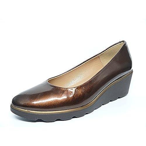 113f65c7 Zapatos manoletina mujer con cuña en piel metalizada charol color marron  dela marca CALMODA MARIA JAEN