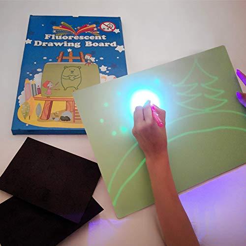 41wHgbTLp1L. SS500 🌟 DIBUJOS MÁGICOS CON LUZ: Realiza vibrantes dibujos luminosos con nuestra pizarra infantil. Educativa y Multifuncional mantendrá al niño divertido y fomentará la creatividad e imaginación de forma original e interactiva. El tablero fotoluminescente atrapa la luz permitiendo generar dibujos en la oscuridad que duran hasta 15 minutos en la pizarra antes de desvanecerse. 🌟 MOMENTOS ÚNICOS CON TUS HIJOS: Ideal para compartir tiempo entre padres e hijos en los momentos de relajación y descanso antes de ir a dormir. Potencia el vínculo afectivo compartiendo y fomentando la imaginación de tu niño. 🌟 ACCESORIOS DE DIBUJO: Junto a su pizarra recibirá un bolígrafo mágico que permite dibujar con Luz Real, y 2 plantillas de números y formas para realizar los más creativos y originales dibujos.