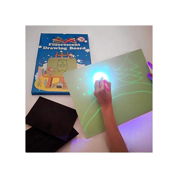 41wHgbTLp1L 🌟 DIBUJOS MÁGICOS CON LUZ: Realiza vibrantes dibujos luminosos con nuestra pizarra infantil. Educativa y Multifuncional mantendrá al niño divertido y fomentará la creatividad e imaginación de forma original e interactiva. El tablero fotoluminescente atrapa la luz permitiendo generar dibujos en la oscuridad que duran hasta 15 minutos en la pizarra antes de desvanecerse. 🌟 MOMENTOS ÚNICOS CON TUS HIJOS: Ideal para compartir tiempo entre padres e hijos en los momentos de relajación y descanso antes de ir a dormir. Potencia el vínculo afectivo compartiendo y fomentando la imaginación de tu niño. 🌟 ACCESORIOS DE DIBUJO: Junto a su pizarra recibirá un bolígrafo mágico que permite dibujar con Luz Real, y 2 plantillas de números y formas para realizar los más creativos y originales dibujos.