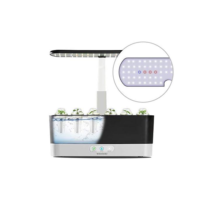 El sistema de iluminación LED de 20 vatios de espectro completo con alto rendimiento se sintoniza con el espectro específico que permite las plantas maximizar la fotosíntesis, lo que resulta en un crecimiento rápido y natural y cosechas abundantes. Cultiva hasta 6 plantas a la misma vez. Las plantas crecen en agua… no en tierra. Hidroponía avanzada simplificada. El panel de control sencillo y fácil de usar le indica cuándo añadir el agua, le recuerda cuándo añadir los nutrientes patentados (incluidos), además de encender y apagar las luces automáticamente