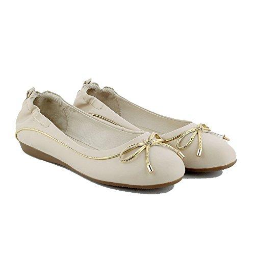 AllhqFashion Damen Rein PU Leder Niedriger Absatz Rund Zehe Ziehen auf Pumps Schuhe Cremefarben