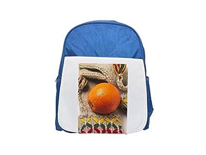 Cierre de una mochila de color naranja en una bufanda de lana, mochila azul estampada