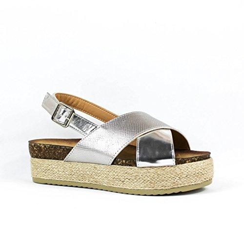 Sandalia flatform. Detalle tiras cruzadas en la pala. Plataforma revestida en yute color natural. Cierre mediante hebilla pulsera en tobillo. Plata