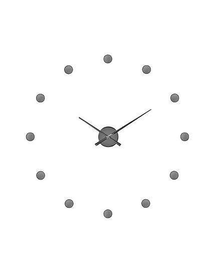 Reloj de pared plateado con circulos adhesivos