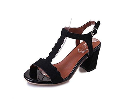 pengweiEstate con una donna con sandali scarpe alla moda in punta di scarpe romane