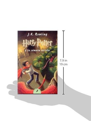 """41yUb9bCX L Harry Potter y la cámara secreta, el segundo volumen de la ya clásica serie de novelas fantásticas de la autora británica J.K. Rowling. «Hay una conspiración, Harry Potter. Una conspiración para hacer que este año sucedan las cosas más terribles en el Colegio Hogwarts de Magia y Hechicería.» El verano de Harry Potter ha incluido el peor cumpleaños de su vida, las funestas advertencias de un elfo doméstico llamado Dobby y el rescate de casa de los Dursley protagonizado por su amigo Ron Weasley al volante de un coche mágico volador. De vuelta en el Colegio Hogwarts de Magia y Hechicería, donde va a empezar su segundo curso, Harry oye unos extraños susurros que resuenan por los pasillos vacíos. Y entonces empiezan los ataques y varios alumnos aparecen petrificados... Por lo visto, las siniestras predicciones de Dobby se están cumpliendo.... Tras su publicación, la crítica dijo...«Creo sinceramente que todos los aficionados a la fantasía deberían precipitarse hacia la librería más cercana en busca de su Harry Potter.»Pau Joan Hernàndez, Avui «No parece muy arriesgado recurrir al tópico para afirmar que el libro de Rowling marcará un antes y un después en la literatura fantástica europea.»Eva Piquer, El Periódico «Quédense con este nombre: Harry Potter. Pertenece a un niño de 10 años, desgarbado y con gafas e identificable por una cicatriz con forma de rayo en la frente... Tan solo hay que añadir que estamos ante uno de esos libros que cuando un padre se lo lee a un hijo, éste ha de recordarle que, por favor, lo haga en voz alta.»Luis Conde-Salazar, El Mundo «Harry Potter y la cámara secreta es el segundo libro de la serie de Joanne Rowling y, al contrario de muchas otras """"segundas partes"""", es tan bueno como el libro anterior.»The Times Literary Supplement"""