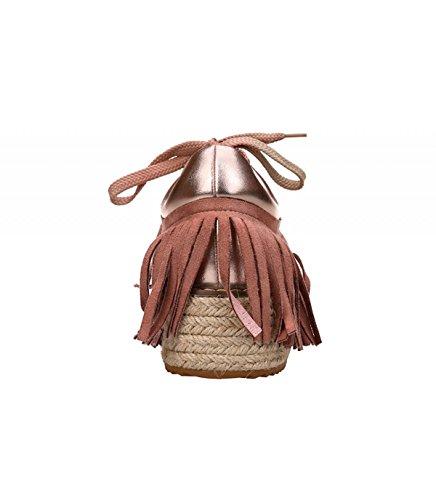 Zapato con plataforma. Detalle flecos laterales. Cierre mediante cordones. Altura de la suela 5 cm. Rosa