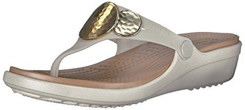 Crocs Donna Sanrah Impreziosito Flip Sandalo Con Zeppa Oyster / Oro