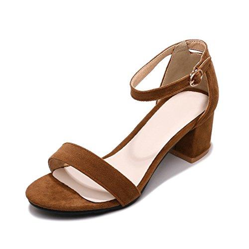 El tamaño del grueso de verano seguido con exposición de sandalias femenino Camel