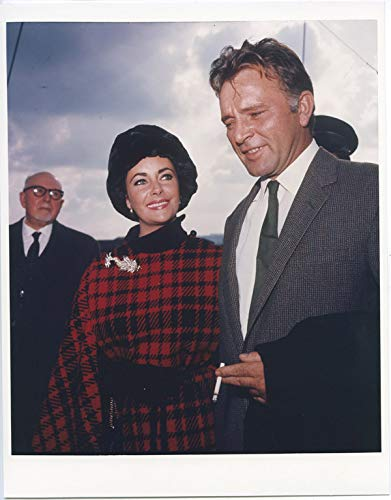 Richard Burton in suit smoking cigarette with Elizabeth Taylor candid 8x10 photo