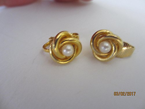 (Beautiful Vintage Gold Tone and Pearl Bridal Earrings)