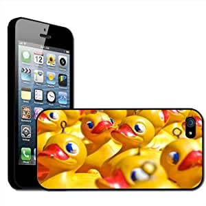 Fancy A Snuggle - Carcasa rígida para Apple iPhone 5, diseño de patitos de goma