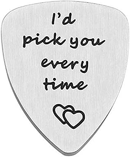 Púa de guitarra con el texto en inglés «Id pick you every time»