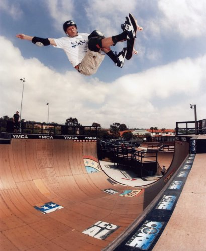 (TONY HAWK SKATE BOARDING 8X10 HIGH GLOSSY SPORTS ACTION PHOTO (O))