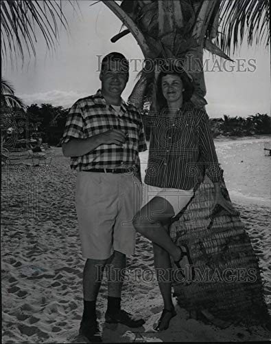 (Historic Images - 1960 Vintage Press Photo Pierre Salinger relaxing with wife Nancy at Half Moon hotel)