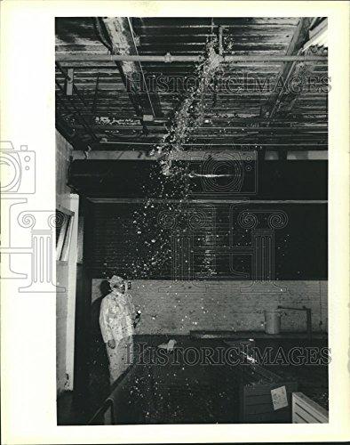 Historic Images 1989 Press Photo Paul Heinz Surveys Leak In Holmes Dillard Department Store   10 25 X 8 In