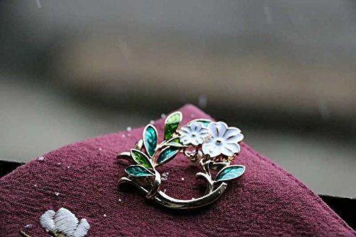 (Snow flower. Creative pearl brooch sweater coat with a brooch pin artifact of the original single creative ornaments)