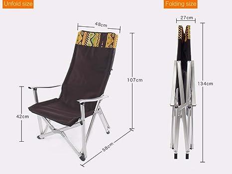 Tre sedie per esterni schierate contro una parete in stucco di una