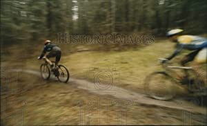 Historic Images - 1993 Press Photo Bicycle Riders Dash Muddy Trail at Farragut State Park