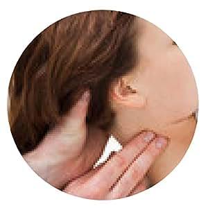 alfombrilla de ratón Terapeuta masajear el cuello de la mujer mientras sostiene la cabeza - ronda - 20cm