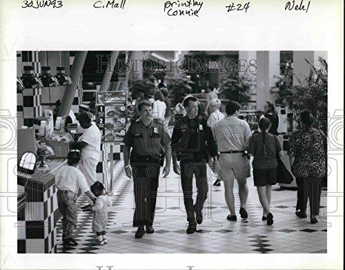 1993 Press Photo People at Lloyd Shopping Center - - Shopping Lloyd Center