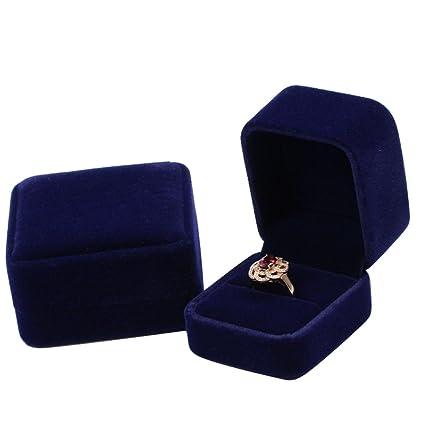Caja para anillo de pedida de mano clásica en terciopelo de color azul oscuro.