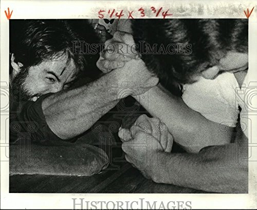 Vintage Photos Historic Images 1979 Press Photo Two competitors in arm Wrestling Match - noa19265-8 x 10