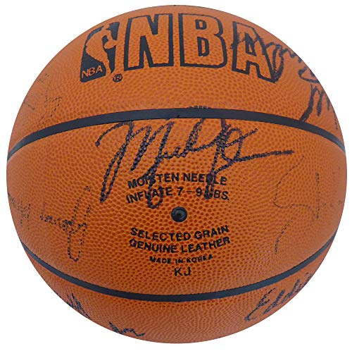 (1989-90 Chicago Bulls Team Signed Autographed Basketball With 17 Signatures Including Michael Jordan, Phil Jackson & Scottie Pippen Beckett BAS #A75803)