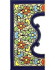 Handgeschilderde polychrome keramische tegels, letters en cijfers handgeschilderd met behulp van drogetouwtechniek, perfect om borden, adressen en namen te maken. Maak je eigen compositie. Ontwerp Flores Mediano 11 cm x 5 cm