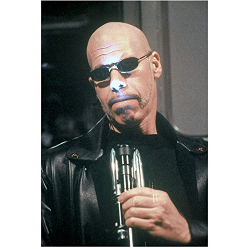 Blade II Ron Perlman Wearing Leather Jacket Sunglasses Holding Flashlight Up To Face 8 X 10 Inch - Ron Sunglasses