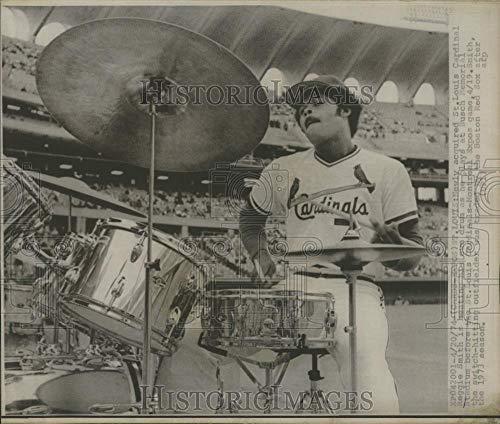 1974 Press Photo St Louis Cardinal Reggie Smith drum Busch Memorial Stadium Expo ()