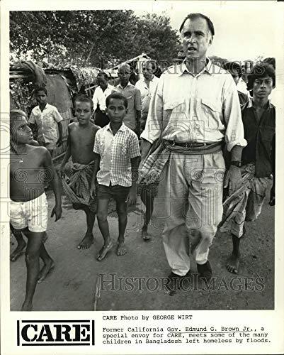 1988 Press Photo Edmund G. Brown, Jr, with homeless children in Bangladesh