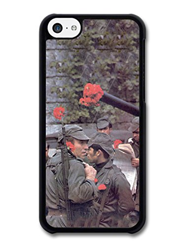 Vintage Retro Photo of Soldiers with Flowers in their Guns Portuguese Fashion Style coque pour iPhone 5C