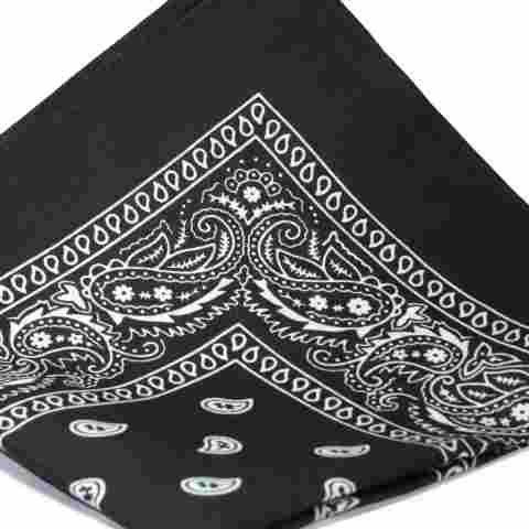 Schwarz Bandana Mit Weißen Quadratische Paisley-Muster Auf Beiden Seiten