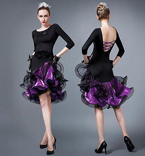 La danza latina de la mujer realiza el vestido   la falda grande del salón  de 8721ea61bf83
