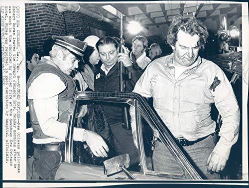 Vintage Photos 1973 Photo New Orleans LA Policeman Robert Burns Howard Johnson Hotel Crime 7x9