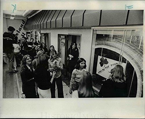 1977 Press Photo Customers inspect student-run shopping mall, Cleveland High - Cleveland Shopping Malls