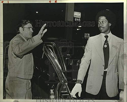 Vintage Photos 1983 Press Photo Charles Etter at Greyhound Bus Station with Limousine Driver