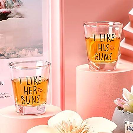 2 Vasos de Chupito de Parejas I Like His Guns, I Like Her Buns Set de Taza Divertida de Boda de 2 oz Copa de Vino Novedosa para Recién Casados para Celebrar Compromiso Aniversario Boda